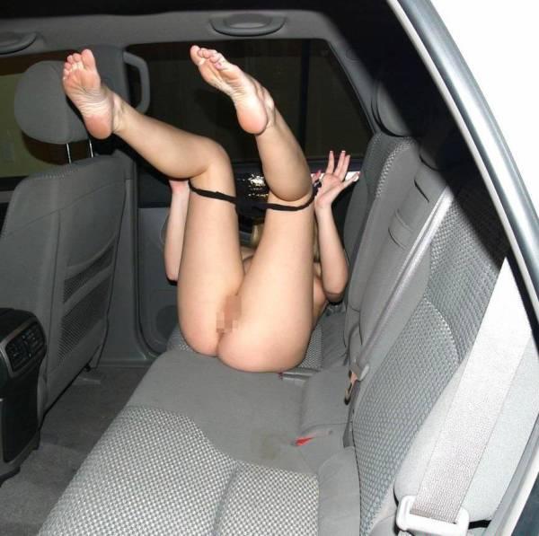 【車内露出エロ画像】野外露出は怖いけど車内でプチ露出ならぜんぜんOKな女たち! 25