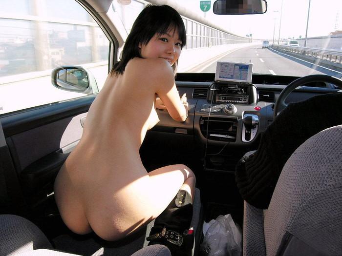 【車内露出エロ画像】野外露出は怖いけど車内でプチ露出ならぜんぜんOKな女たち! 26