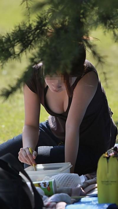 【胸チラエロ画像】素人娘たちのふとした瞬間に見えた胸チラを激写したぜ! 02