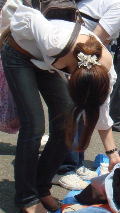【胸チラエロ画像】素人娘たちのふとした瞬間に見えた胸チラを激写したぜ! 10