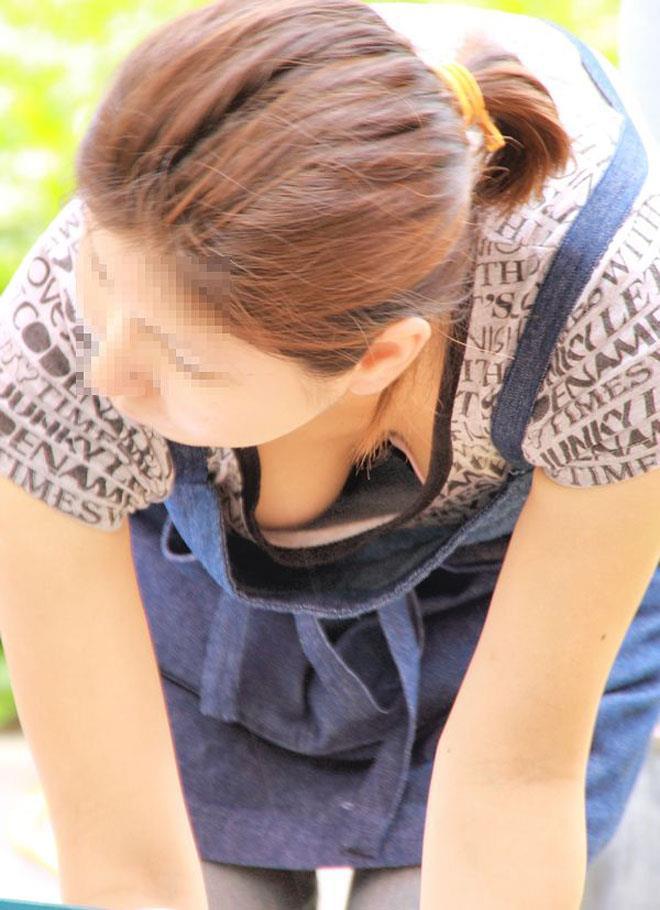 【胸チラエロ画像】素人娘たちのふとした瞬間に見えた胸チラを激写したぜ! 12