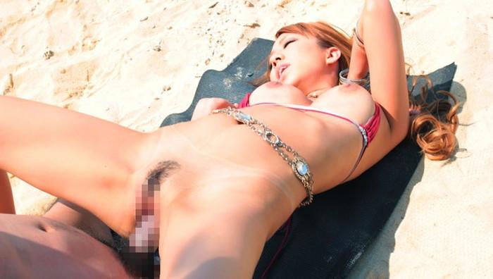 【野外セックスエロ画像】明々と照りつける太陽の下で開放的なセックス! 08