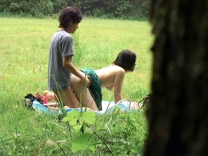 【野外セックスエロ画像】明々と照りつける太陽の下で開放的なセックス! 13