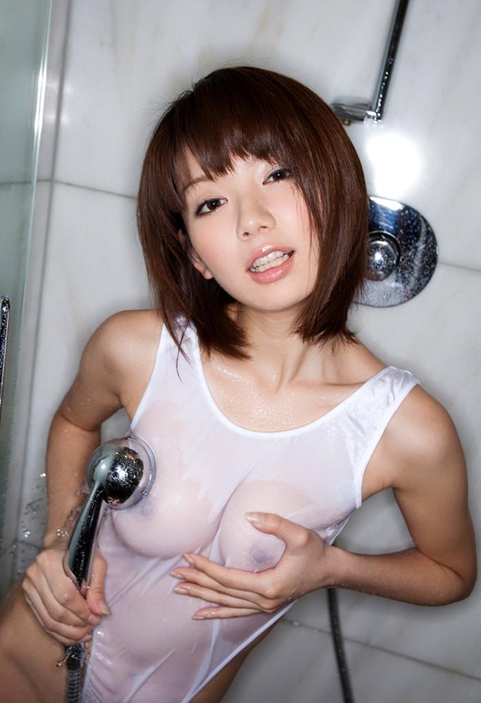【濡れ透けエロ画像】ずぶ濡れになった着衣はスケスケでエロすぎるwwww 01