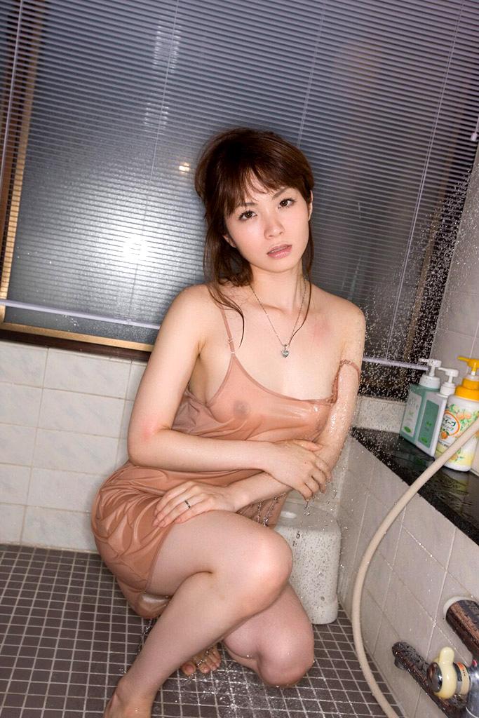【濡れ透けエロ画像】ずぶ濡れになった着衣はスケスケでエロすぎるwwww 06
