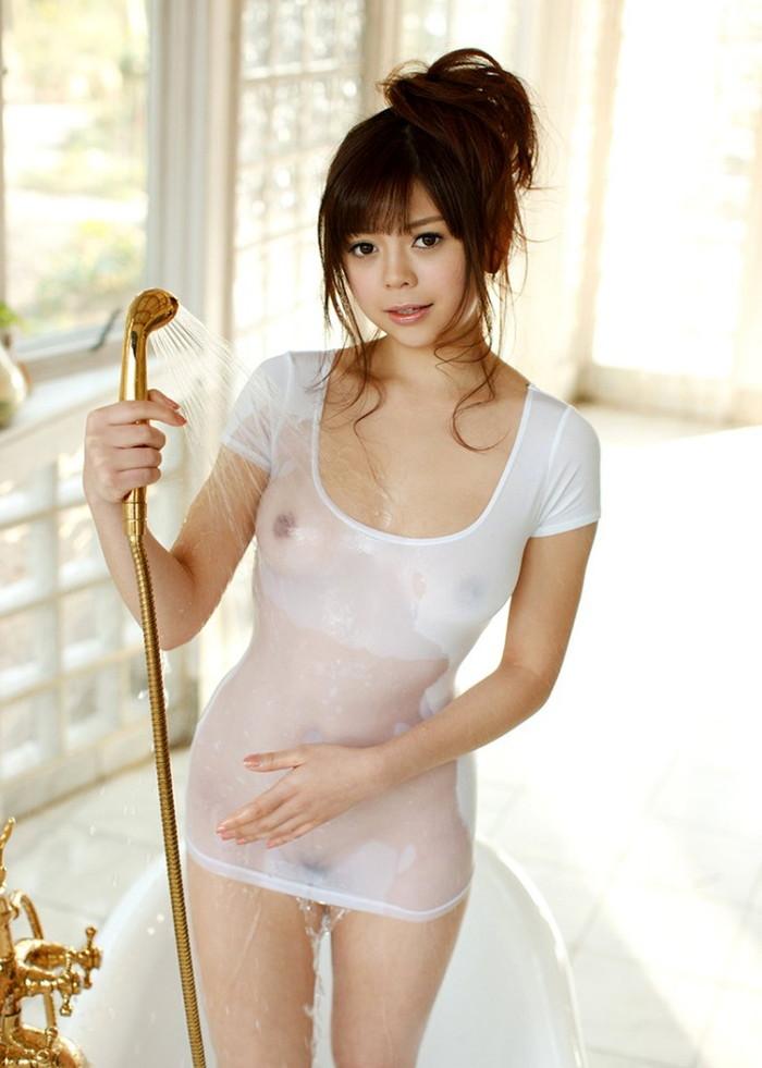 【濡れ透けエロ画像】ずぶ濡れになった着衣はスケスケでエロすぎるwwww 17