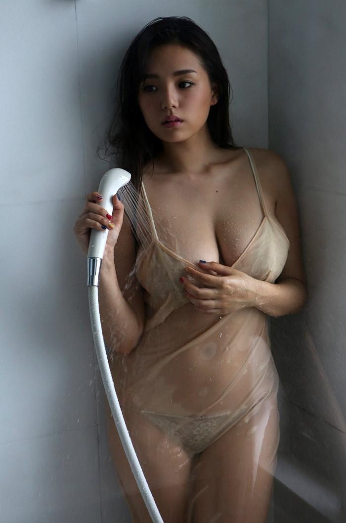 【濡れ透けエロ画像】ずぶ濡れになった着衣はスケスケでエロすぎるwwww 20