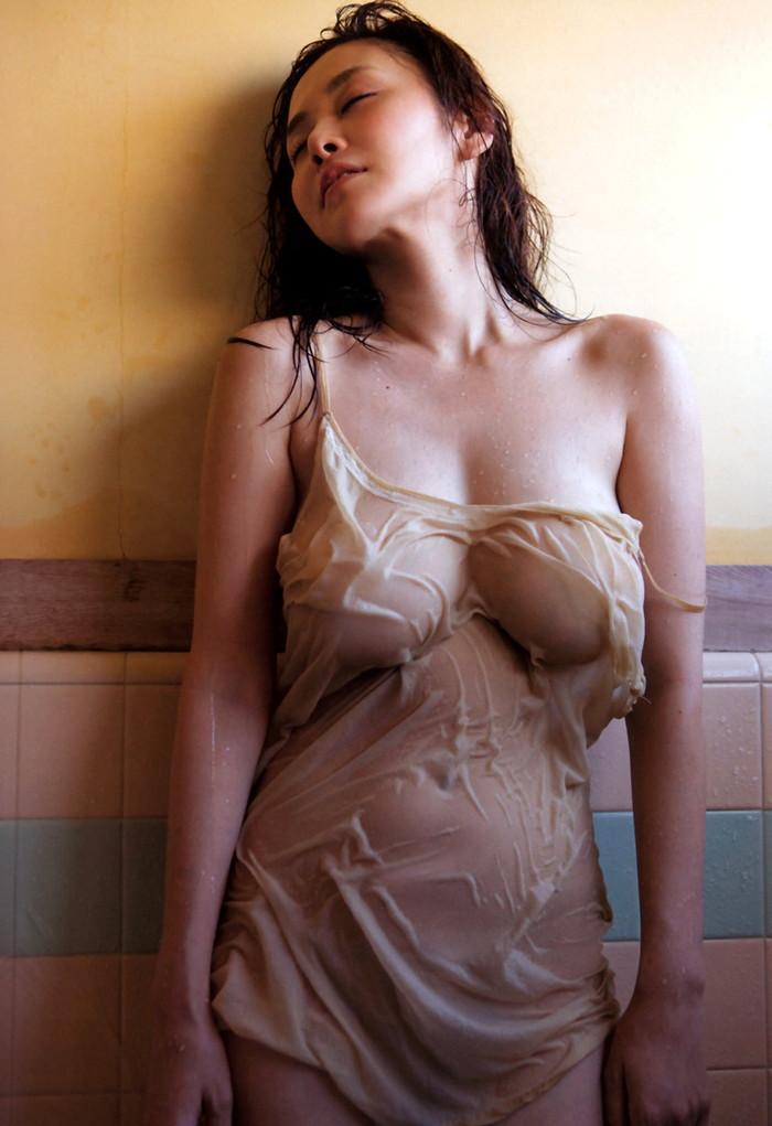 【濡れ透けエロ画像】ずぶ濡れになった着衣はスケスケでエロすぎるwwww 22