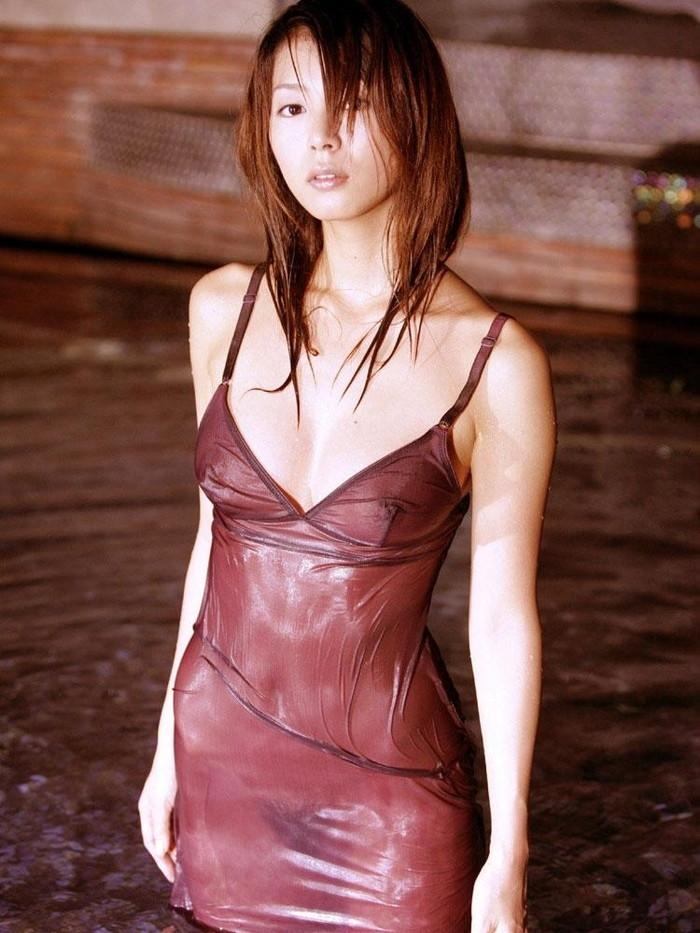 【濡れ透けエロ画像】ずぶ濡れになった着衣はスケスケでエロすぎるwwww 23