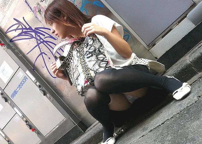 【しゃがみ込みパンチラエロ画像】しゃがみ込んだ女の子の股間に視線は釘付け!パンチラ画像 13