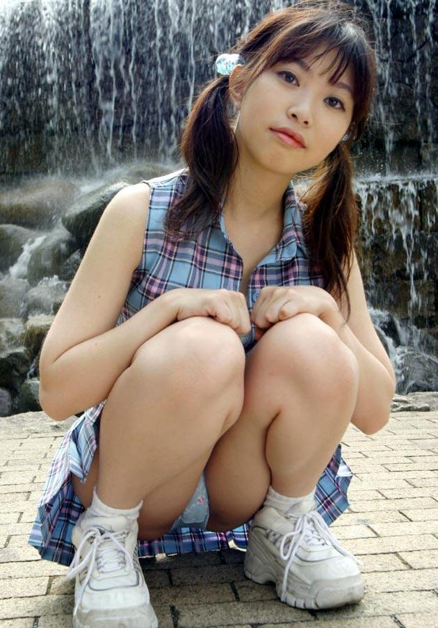 【しゃがみ込みパンチラエロ画像】しゃがみ込んだ女の子の股間に視線は釘付け!パンチラ画像 15