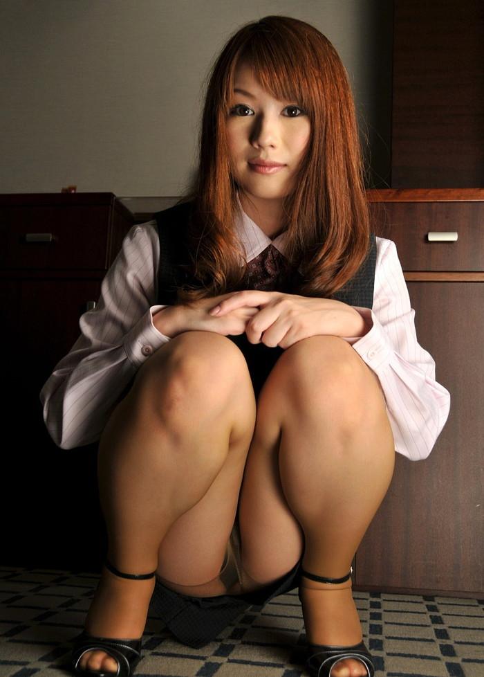 【しゃがみ込みパンチラエロ画像】しゃがみ込んだ女の子の股間に視線は釘付け!パンチラ画像 21