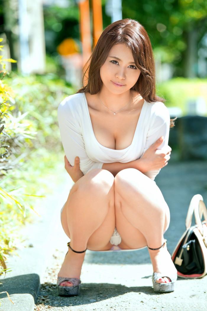 【しゃがみ込みパンチラエロ画像】しゃがみ込んだ女の子の股間に視線は釘付け!パンチラ画像 27