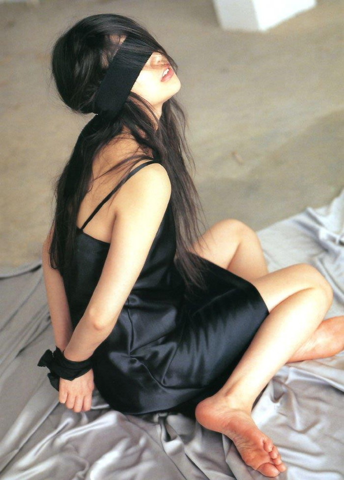 【目隠しエロ画像】視覚を奪われた女の子が男にすき放題にイタズラされるwwww 10