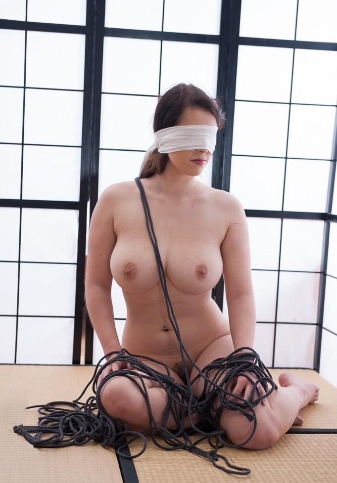 【目隠しエロ画像】視覚を奪われた女の子が男にすき放題にイタズラされるwwww 16