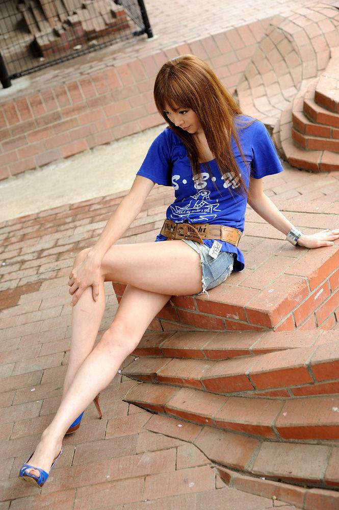 【美脚エロ画像】スラリと伸びたスベスベの脚!こんな脚なら踏まれてもいい!ww 01
