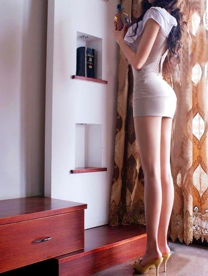 【美脚エロ画像】スラリと伸びたスベスベの脚!こんな脚なら踏まれてもいい!ww 04