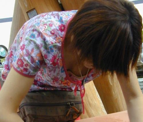 【胸チラエロ画像】偶発的に見えてしまった素人娘たちの胸チラって抜けるよな!? 04
