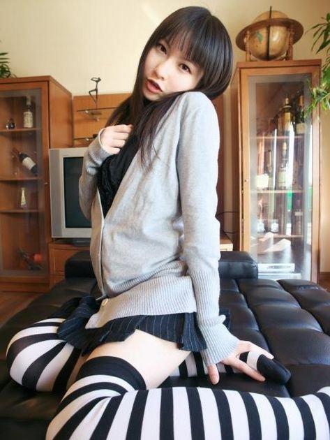 【ニーソックスエロ画像】太ももフェチにはたまらない!?ニーソックス履いた女! 05