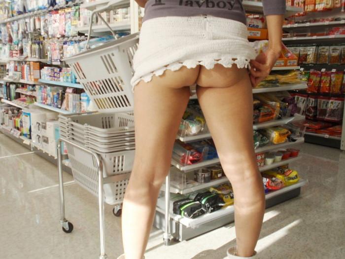 【店内露出エロ画像】捕まれば公然わいせつ罪は免れない!店内露出している女の子! 12