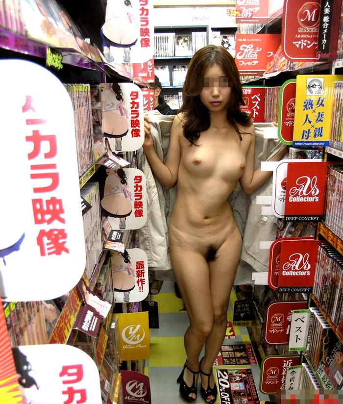【店内露出エロ画像】捕まれば公然わいせつ罪は免れない!店内露出している女の子! 17
