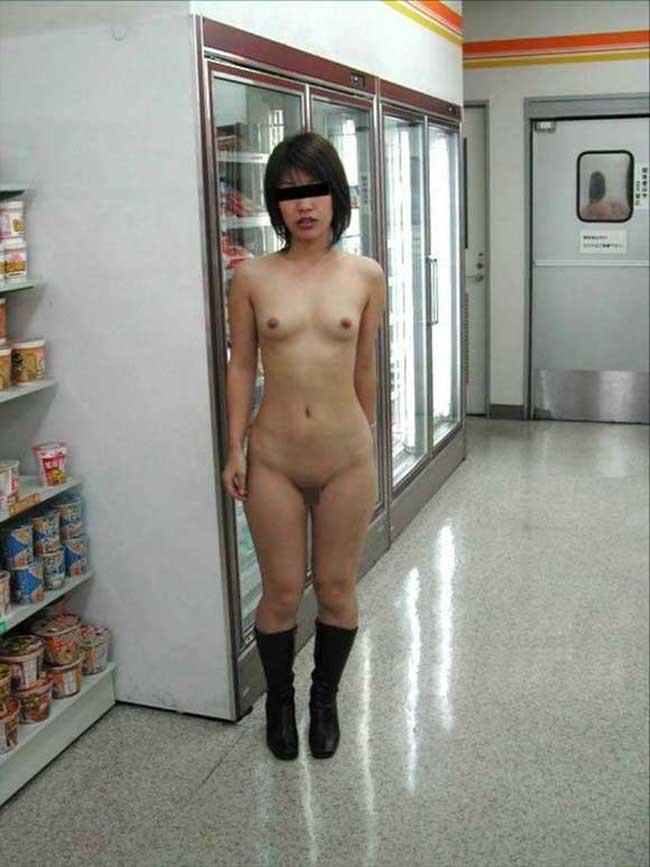 【店内露出エロ画像】捕まれば公然わいせつ罪は免れない!店内露出している女の子! 24