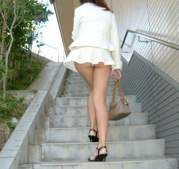 【階段パンチラエロ画像】階段を上り下りしている際にパンチラ盗撮したったぜ! 13
