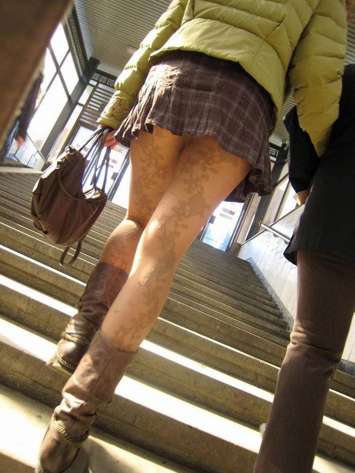【階段パンチラエロ画像】階段を上り下りしている際にパンチラ盗撮したったぜ! 14