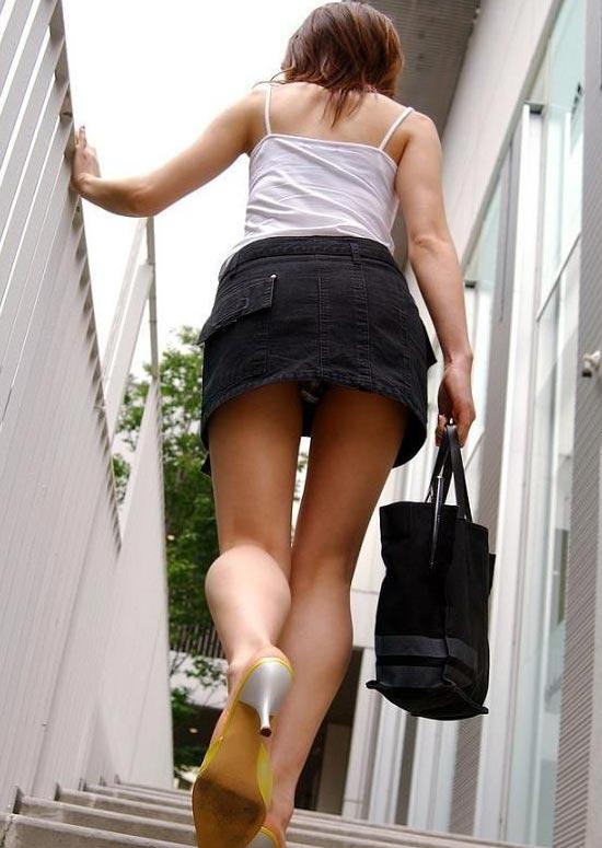 【階段パンチラエロ画像】階段を上り下りしている際にパンチラ盗撮したったぜ! 18