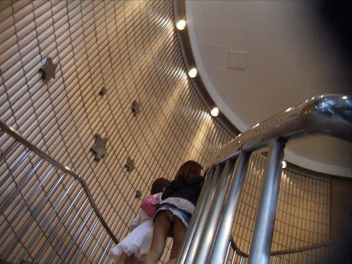 【階段パンチラエロ画像】階段を上り下りしている際にパンチラ盗撮したったぜ! 21