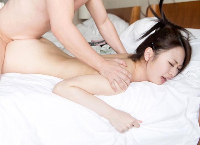【寝バックエロ画像】女の子はうつぶせになってリラックスしたままセックス! 02