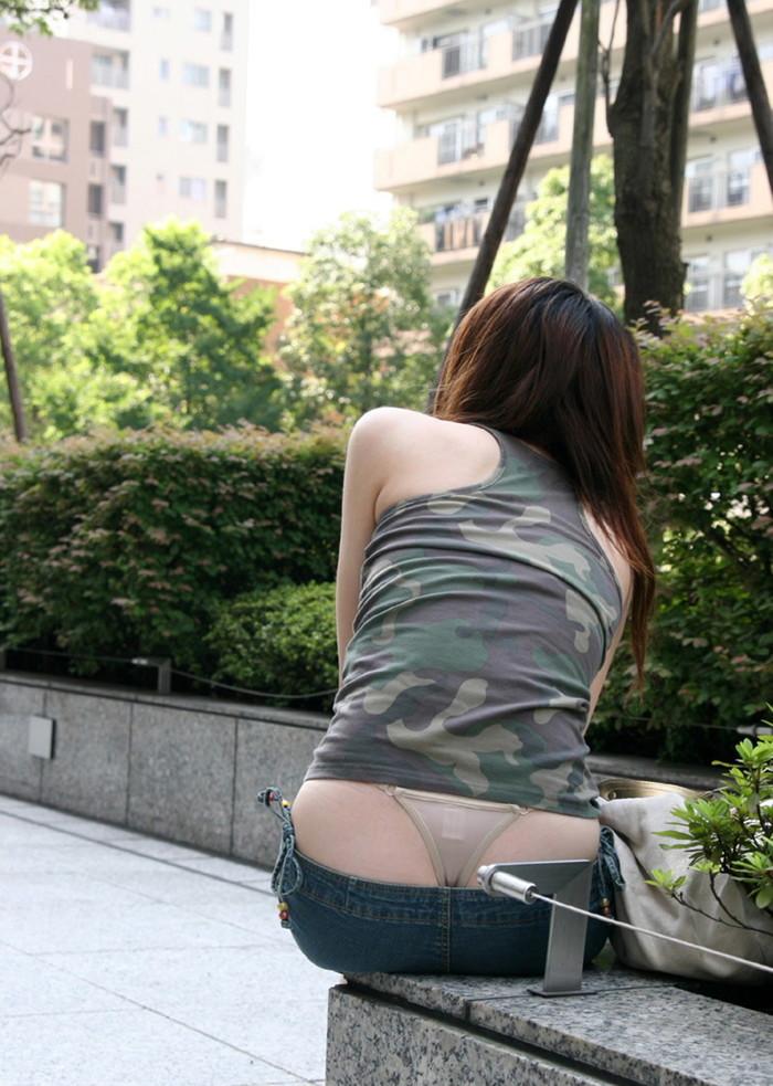 【ローライズエロ画像】パンチラ、尻チラ必至のローライズとかいうファッション! 12