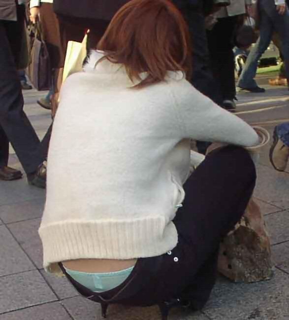 【ローライズエロ画像】パンチラ、尻チラ必至のローライズとかいうファッション! 25