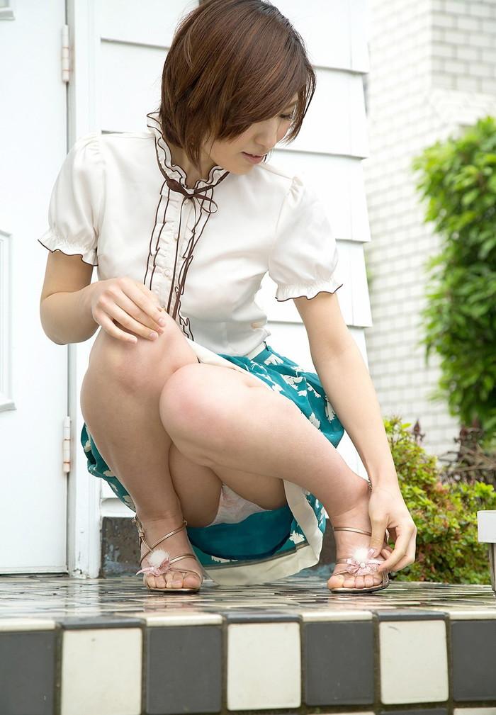 【しゃがみ込みエロ画像】しゃがみ込んだ女の子の股間が気になって仕方ないww 01