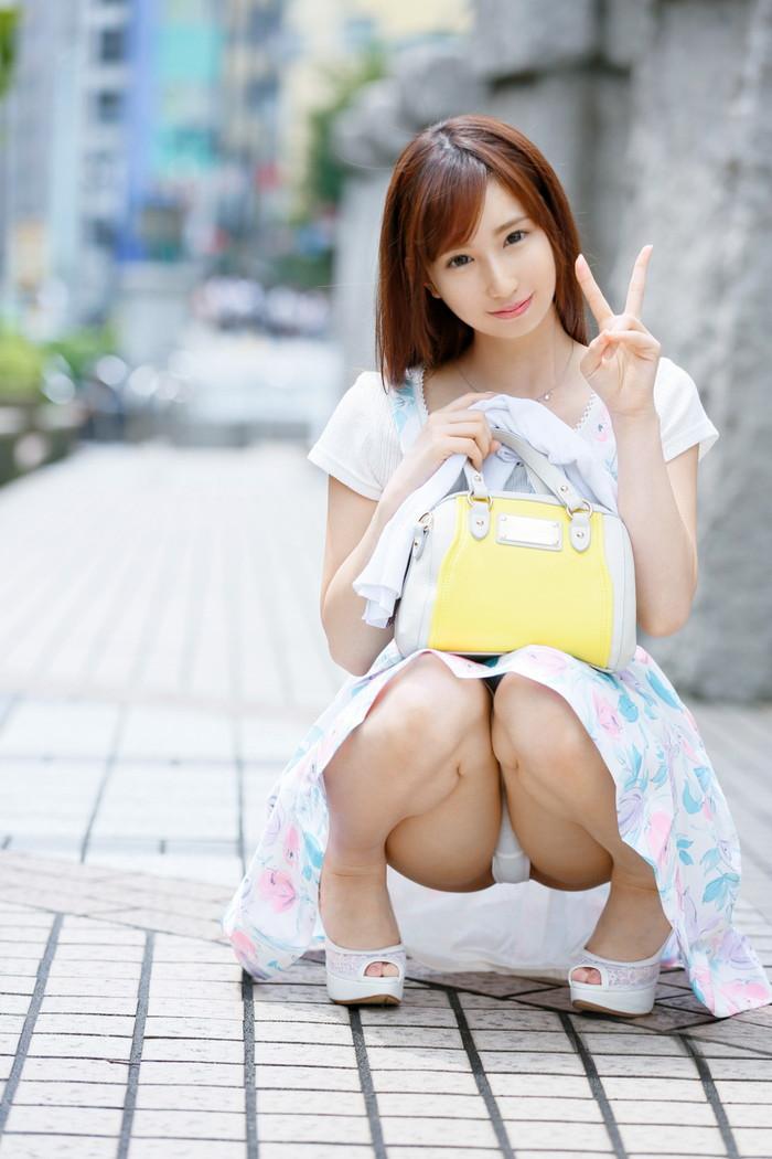 【しゃがみ込みエロ画像】しゃがみ込んだ女の子の股間が気になって仕方ないww 05