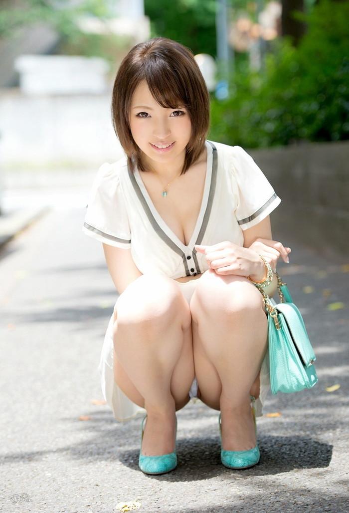 【しゃがみ込みエロ画像】しゃがみ込んだ女の子の股間が気になって仕方ないww 09