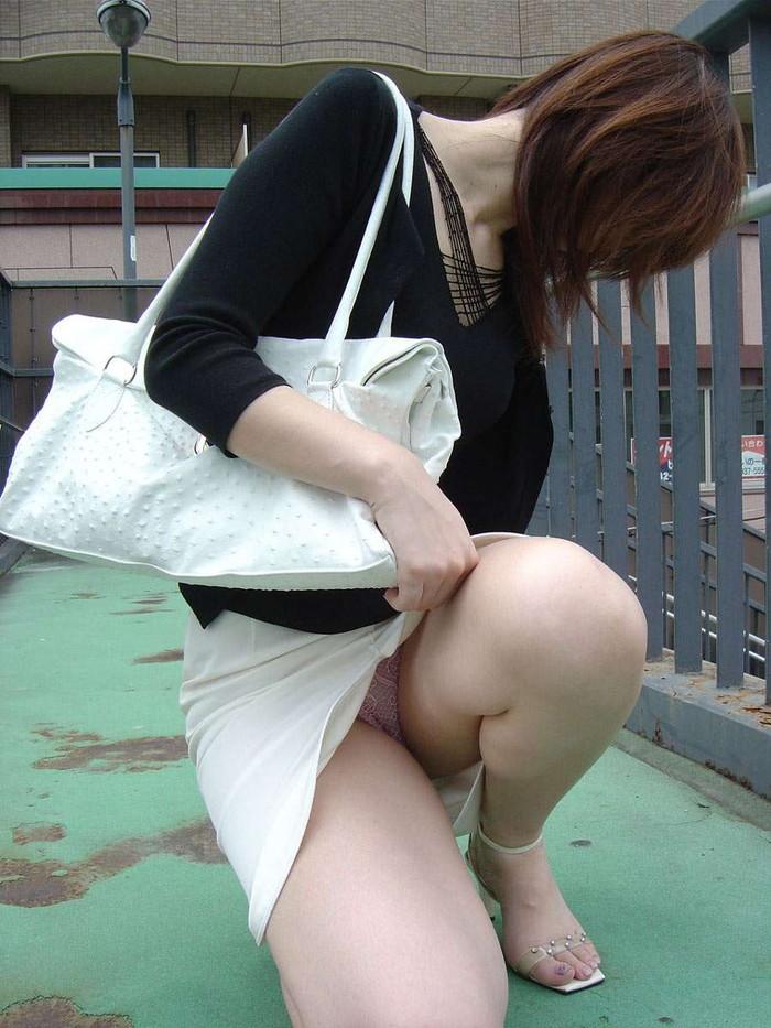【しゃがみ込みエロ画像】しゃがみ込んだ女の子の股間が気になって仕方ないww 13