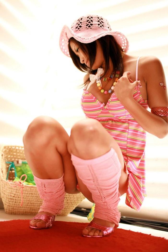 【しゃがみ込みエロ画像】しゃがみ込んだ女の子の股間が気になって仕方ないww 24