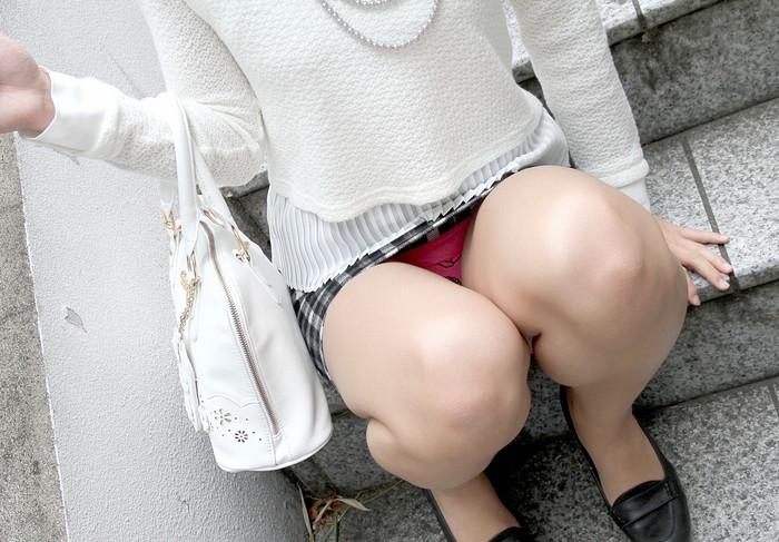 【しゃがみ込みエロ画像】しゃがみ込んだ女の子の股間が気になって仕方ないww 27