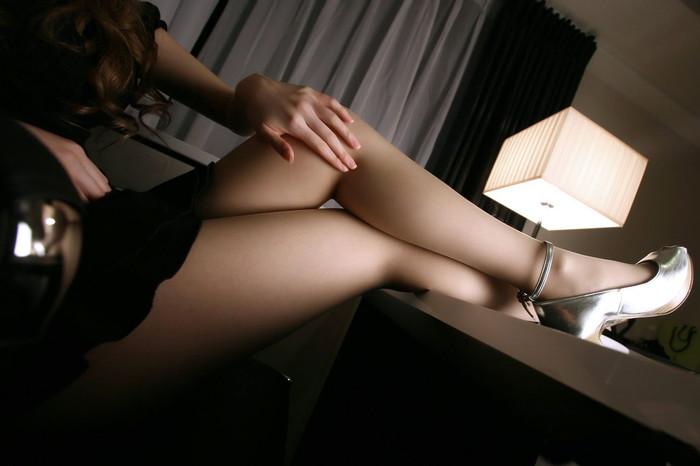 美脚を際立てるミニスカエロ画像
