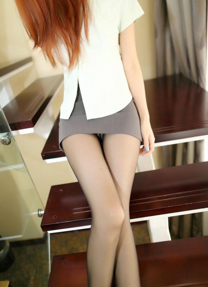 【ミニスカ美脚エロ画像】ミニスカートからスラリと伸びる脚線美に見とれそうなエロ画像 04