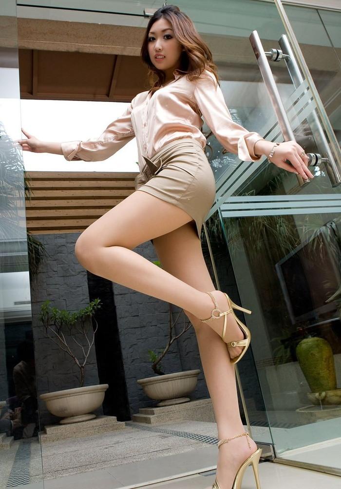 【ミニスカ美脚エロ画像】ミニスカートからスラリと伸びる脚線美に見とれそうなエロ画像 12