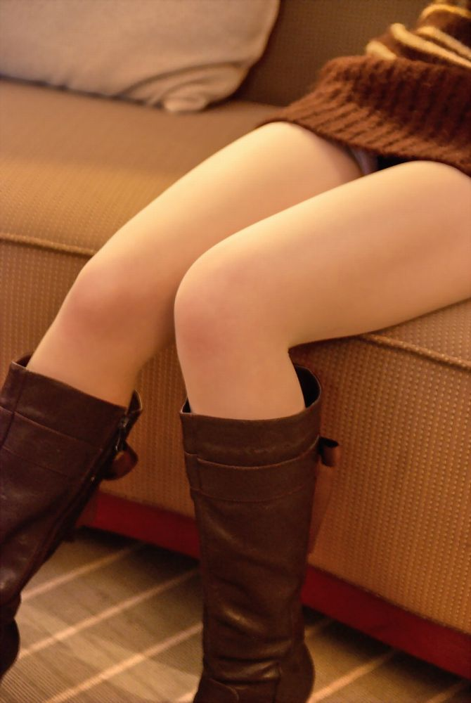 【ミニスカ美脚エロ画像】ミニスカートからスラリと伸びる脚線美に見とれそうなエロ画像 17
