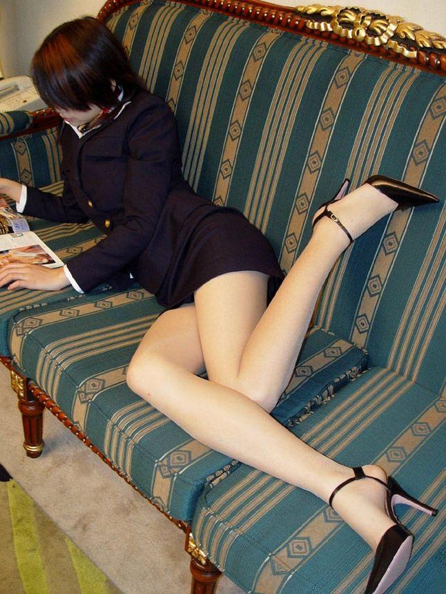 【ミニスカ美脚エロ画像】ミニスカートからスラリと伸びる脚線美に見とれそうなエロ画像 21