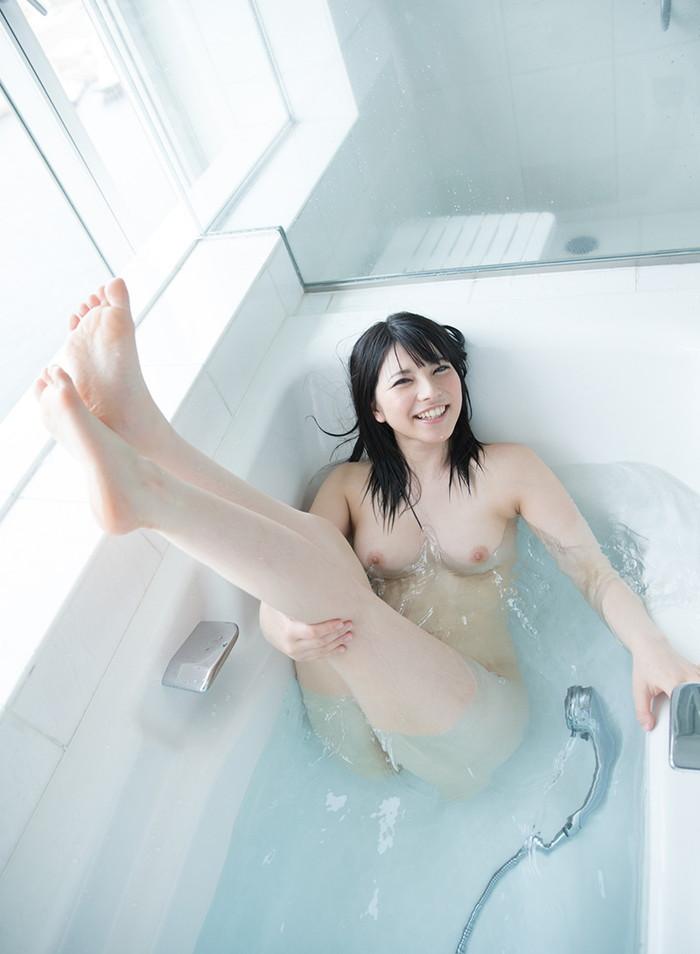 【入浴エロ画像】当然のことだけど入浴中の女の子って全裸なんだよなwwww 05