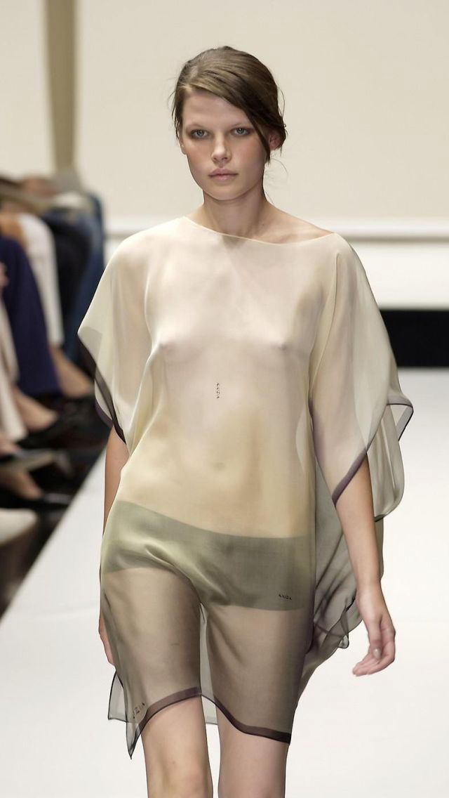 【ファッションショーエロ画像】奇抜すぎるファッション!?これ裸やんけwww 01