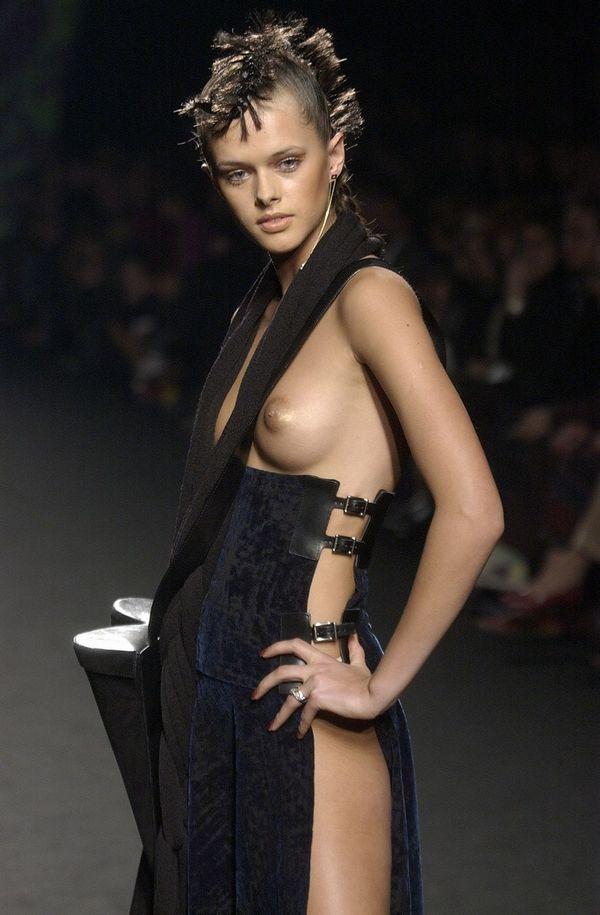 【ファッションショーエロ画像】奇抜すぎるファッション!?これ裸やんけwww 15