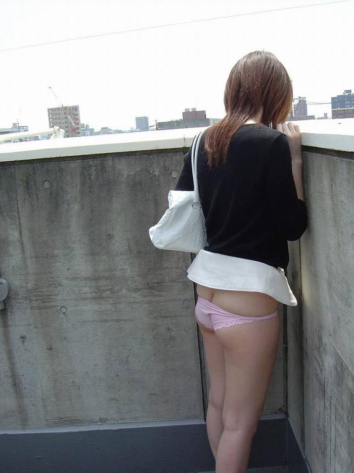 【半ケツエロ画像】脱ぎかけた下着、お尻が半分見えてますよ!?wwww 07