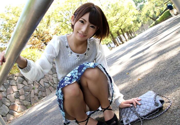 【しゃがみ込みパンチラエロ画像】しゃがみ込んだ女の子の股間に注視!パンチラしとるやんけw