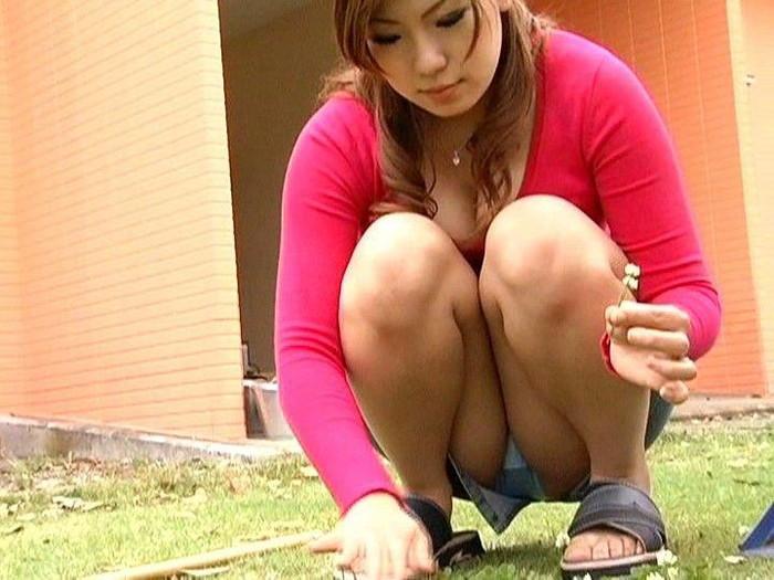 【しゃがみ込みパンチラエロ画像】しゃがみ込んだ女の子の股間に注視!パンチラしとるやんけw 07